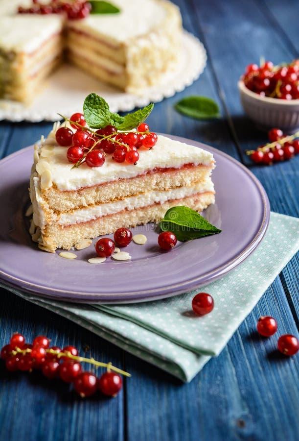 Köstlicher Kuchen mit mascarpone, Schlagsahne, roter Johannisbeere und Mandelscheiben stockbilder