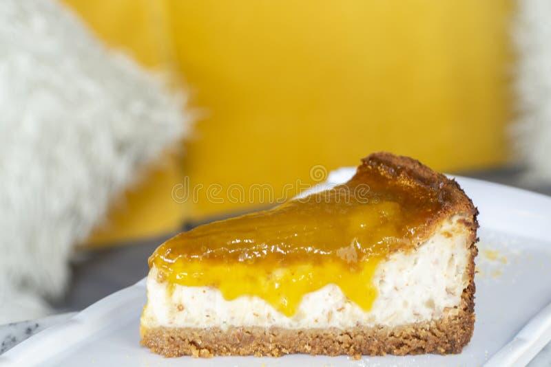 Köstlicher Mangokalkkäsekuchen lizenzfreies stockbild