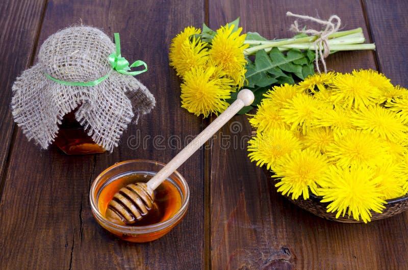 Köstlicher mit Blumenhonig vom Löwenzahn Abschluss oben lizenzfreies stockbild