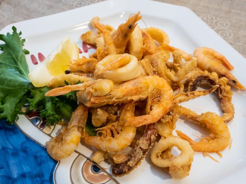Köstlicher Mittelmeerteller von gebratenen Fischen lizenzfreie stockfotos