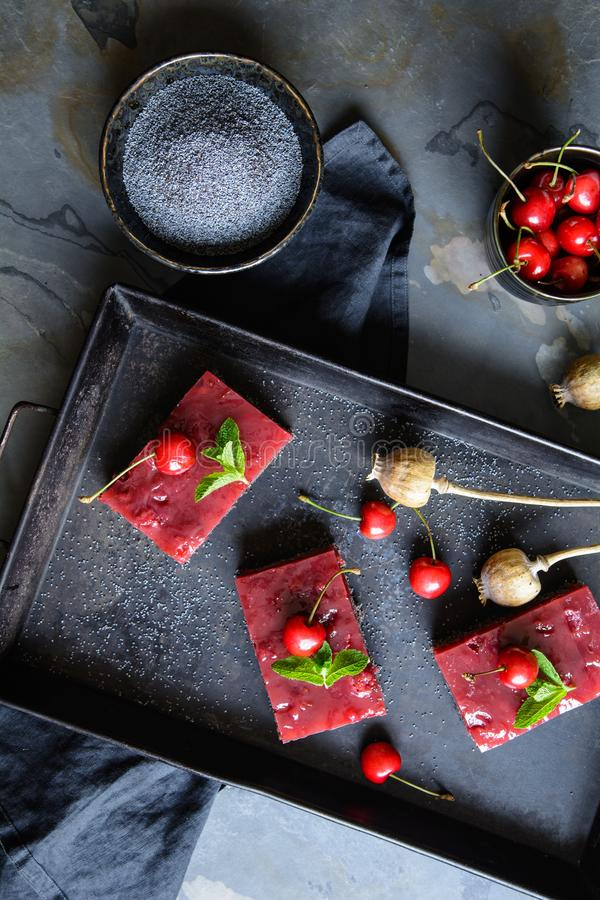 Köstlicher Mohnkuchen mit Kirschvanillepudding stockbilder