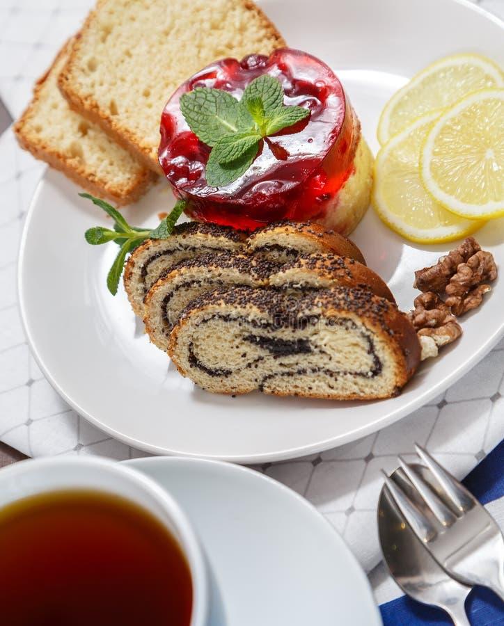 Köstlicher Nachtisch, der Kuchen, Rolle mit Mohn und aus Zitrone besteht stockfotos