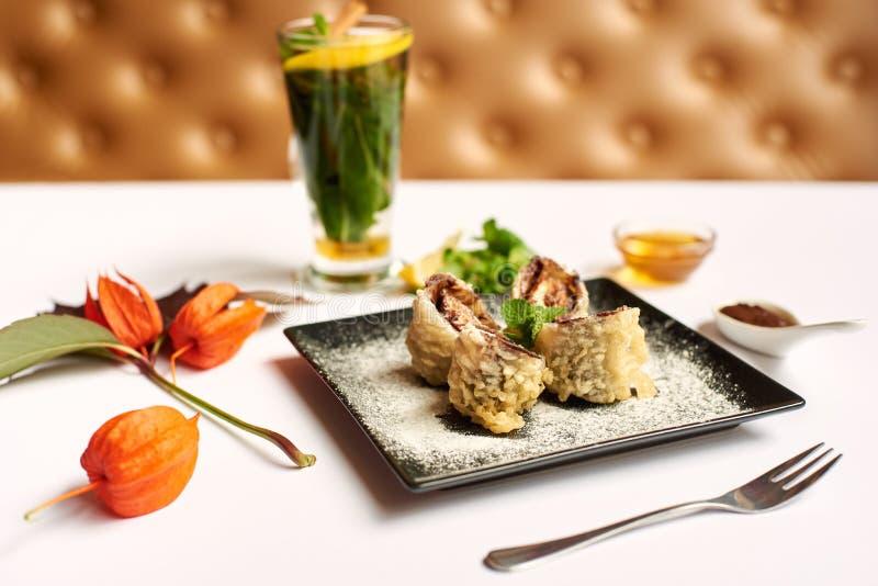 Köstlicher Nachtisch und tadelloser Tee zugebereitet für Kunden lizenzfreie stockbilder