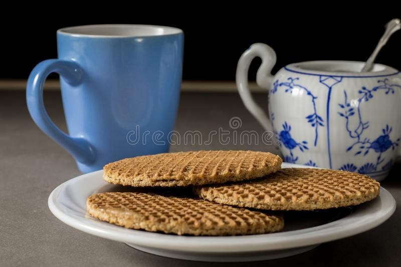 Köstlicher niederländischer Sirup waffles auf einer weißen Platte mit Kaffee- und Zuckerschale lizenzfreies stockfoto