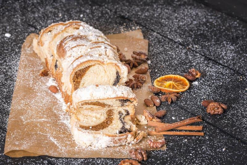 Köstlicher Pfundkuchen auf Schutzträgerpapier stockfotos