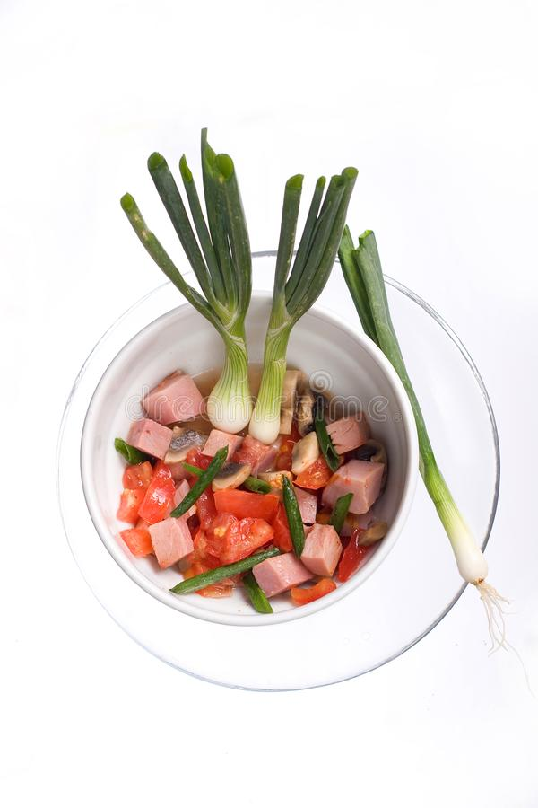 Köstlicher Salat des Schinkens, der Tomate, des Pfeffers und der Frühlingszwiebel auf einer weißen Platte Abschluss oben stockfotografie