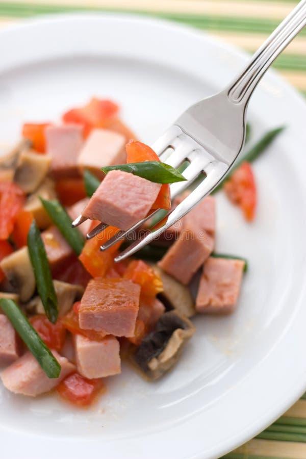 Köstlicher Salat des Schinkens, der Tomate, des Pfeffers und der Frühlingszwiebel auf einer weißen Platte Abschluss oben lizenzfreies stockfoto