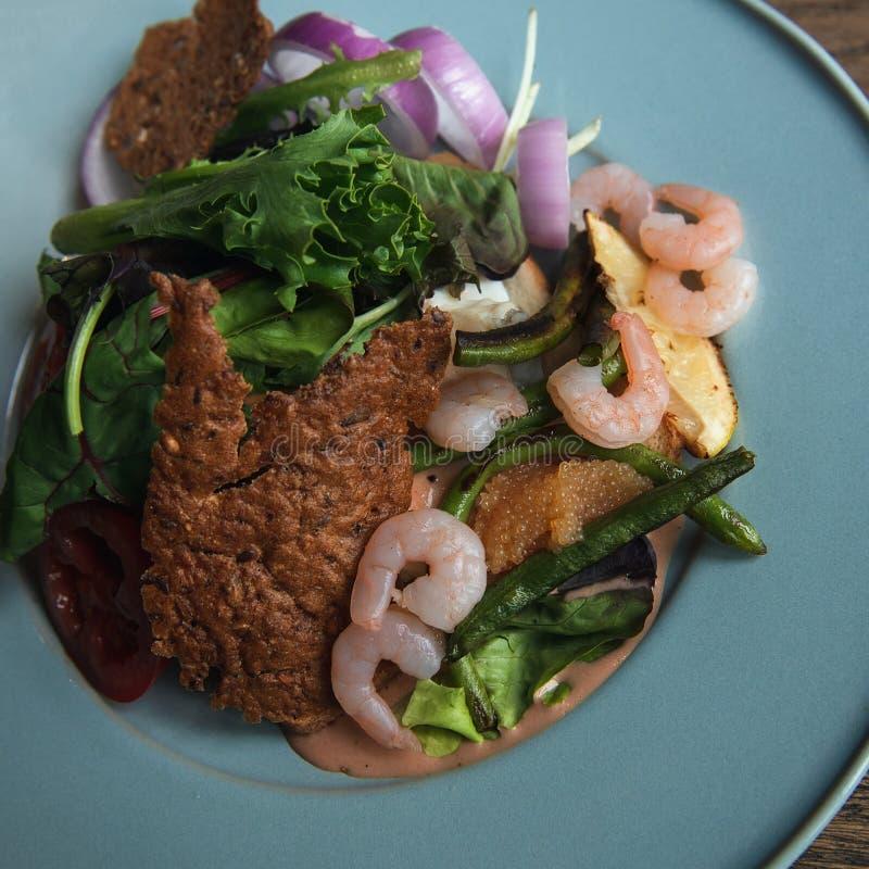 Köstlicher Salat mit Garnelen und Spiesskaviar stockfoto
