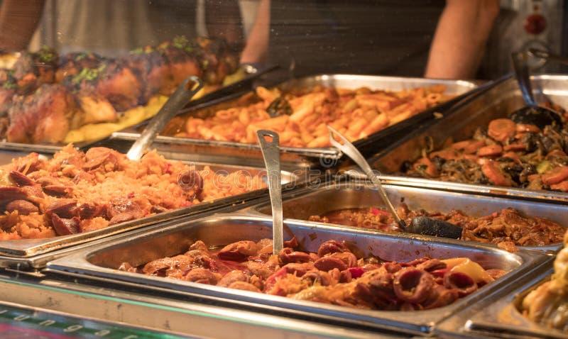 Köstlicher schauender Lebensmittel-Stall in einem ungarischen Markt lizenzfreies stockbild
