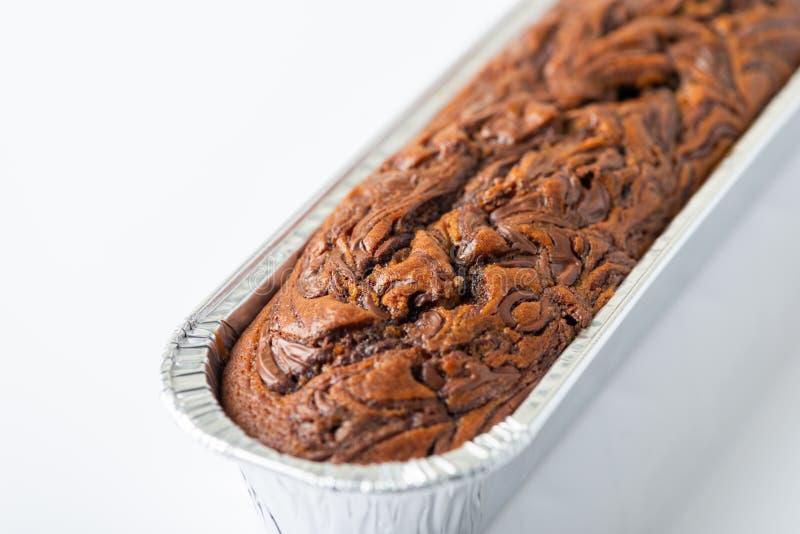 Köstlicher Schokoladenbananenkuchen auf weißem Hintergrund lizenzfreie stockbilder