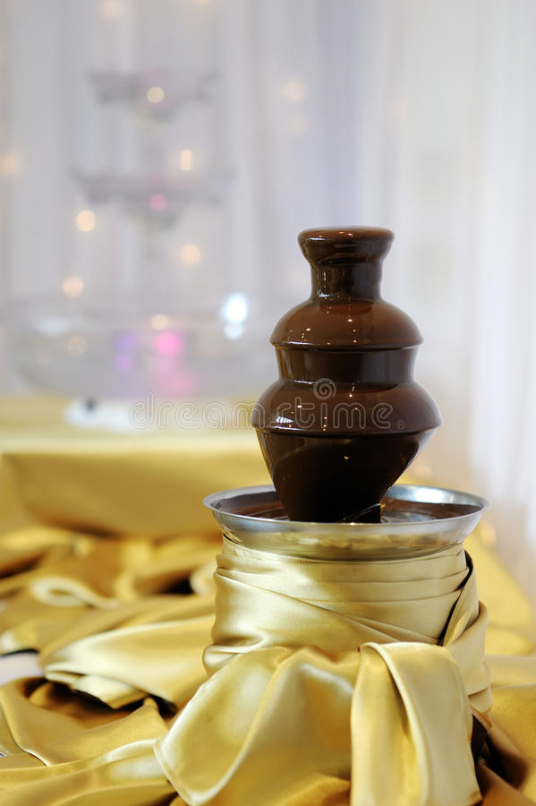 Köstlicher Schokoladenfonduebrunnen stockbild