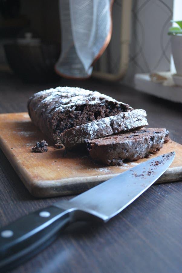 Köstlicher Schokoladenkuchen mit Rosinen lizenzfreies stockbild