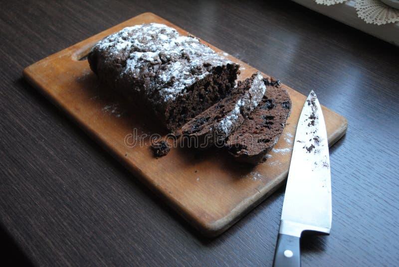 Köstlicher Schokoladenkuchen mit Rosinen lizenzfreies stockfoto