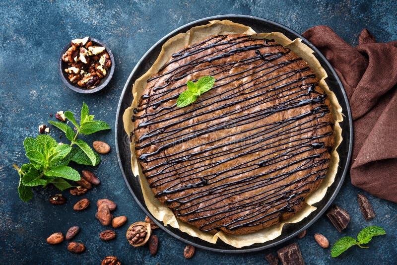 Köstlicher Schokoladenschokoladenkuchenkuchen mit Walnüssen lizenzfreie stockfotos