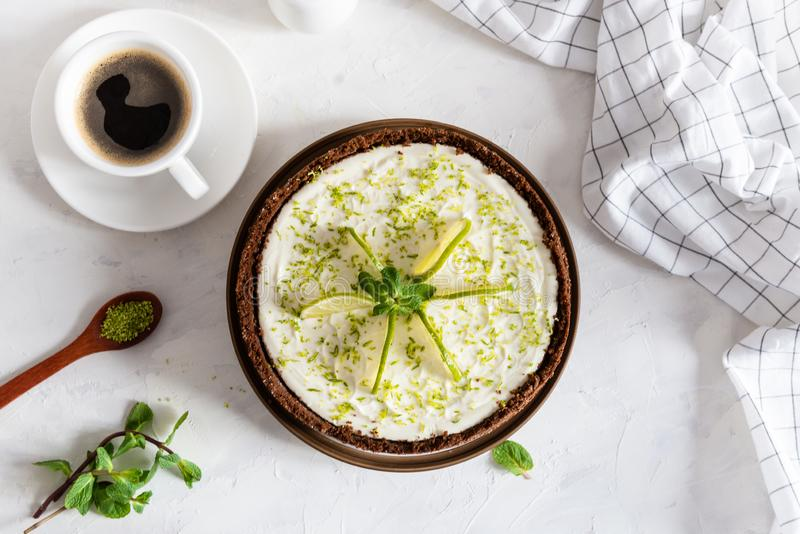 Köstlicher selbst gemachter Käsekuchen mit Kalk- und Pfefferminze mit Tasse Kaffee auf weißer Tabelle, Draufsicht stockfotos