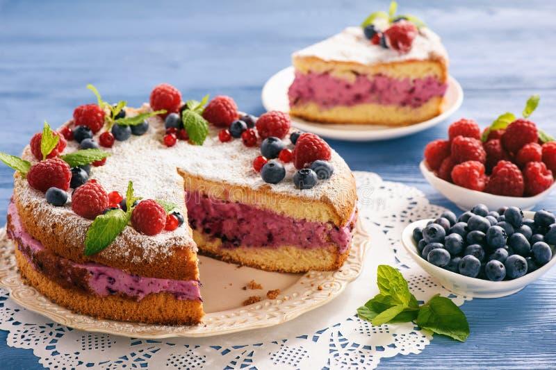 Köstlicher selbst gemachter Kuchen mit Beerenkäsecreme lizenzfreie stockfotografie