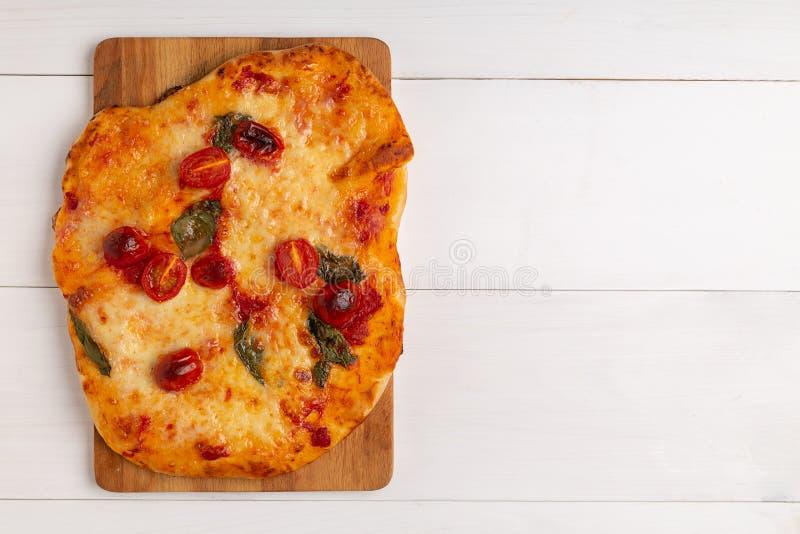 Köstlicher Sommeraperitif: Vegetarische Pizza mit gegrilltem Gemüse und Weichkäse lizenzfreie stockfotos