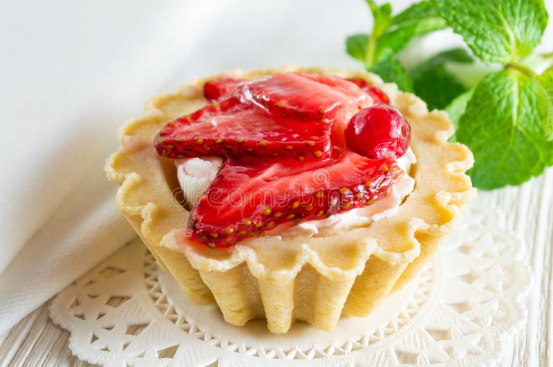 Köstlicher Tartlet mit frischem Erdbeere- und Frischkäse lizenzfreie stockfotografie