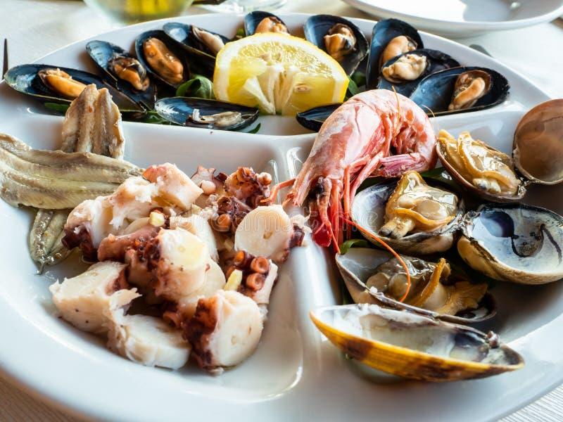 Köstlicher Teller von frischen Fischen mischte Mittelmeer lizenzfreies stockbild