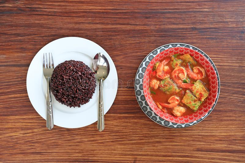 Köstlicher thailändischer gelber Curry mit Garnele und gebratenem Krautgemüseomelett in der Schüssel gedient mit gekochter thailä lizenzfreie stockfotos