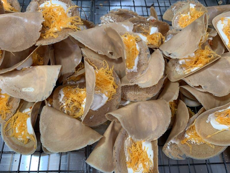 Köstlicher thailändischer Nachtisch oder thailändische knusperige Pfannkuchen- oder thailändischekrepprezeptanzeige stockfotografie