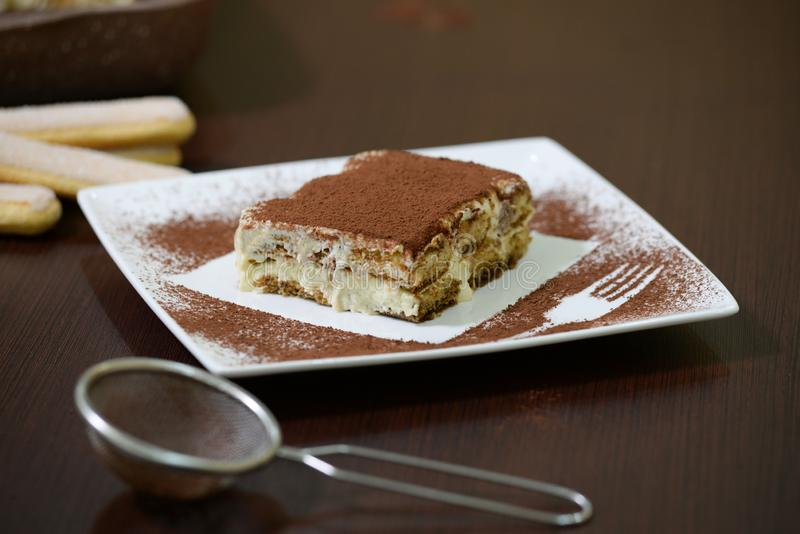 Köstlicher Tiramisukuchen auf weißer Platte lizenzfreies stockfoto
