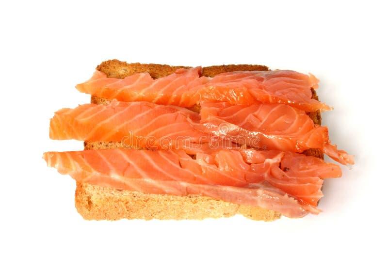 Köstlicher Toast mit geräucherten Lachsen stockbilder
