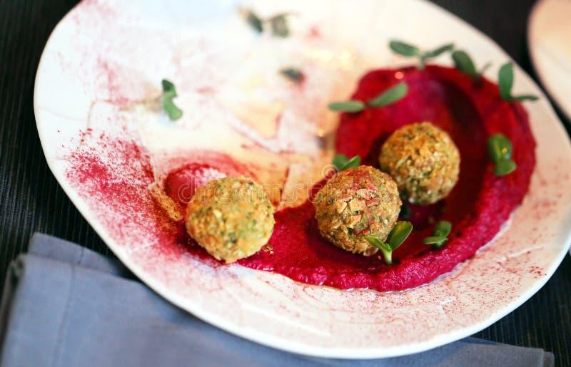 Köstlicher vegetarischer Nahrungfalafel mit hummus der roten Rübe stockbild