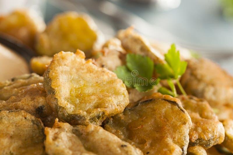 Köstlicher zerschlagener Fried Pickles lizenzfreies stockfoto