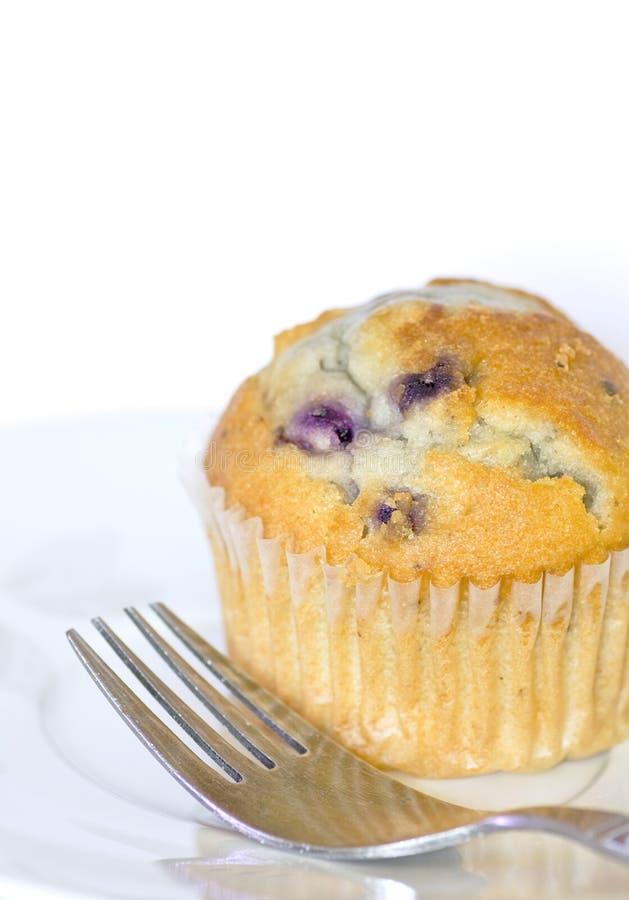 Köstliches Blaubeere-Muffin und Gabel auf Platte stockfotos