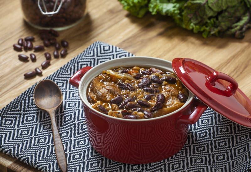 Köstliches Bohnenrezept mit dem geräucherten Schweinefleischbein stockfoto