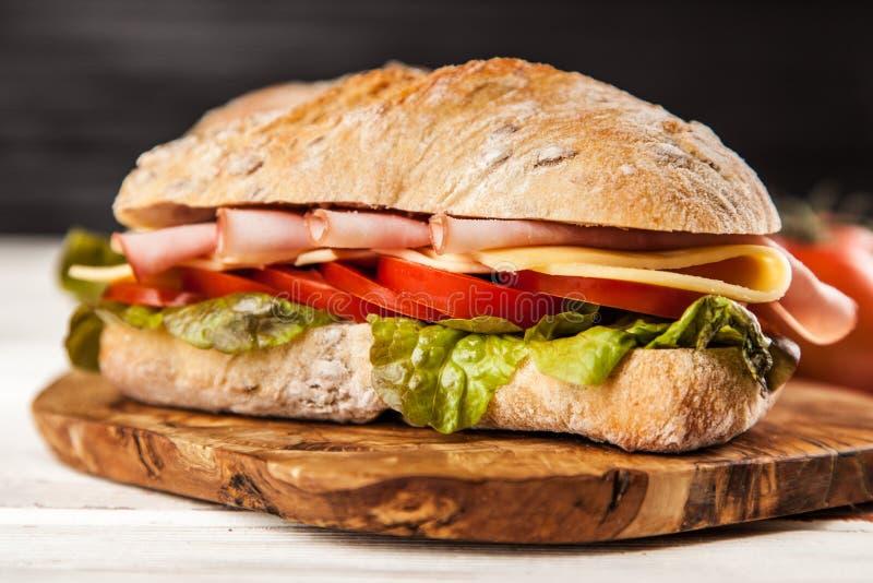 Köstliches ciabatta Sandwich lizenzfreies stockfoto
