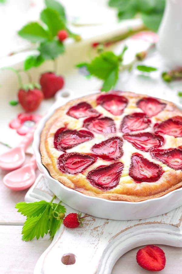 Köstliches Erdbeertörtchen oder -käsekuchen mit frischem Beeren- und Frischkäse, Nahaufnahme lizenzfreie stockfotografie