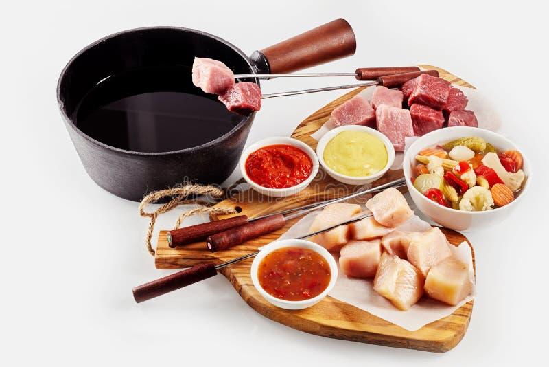 Köstliches Fondue mit sortiertem Fleisch lizenzfreies stockbild