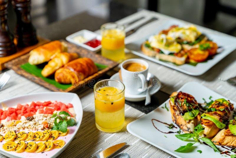 Köstliches Frühstück im schönen vorbereitet stockfotografie