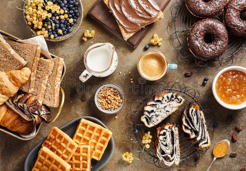 Köstliches Frühstück mit Kaffee stockbilder