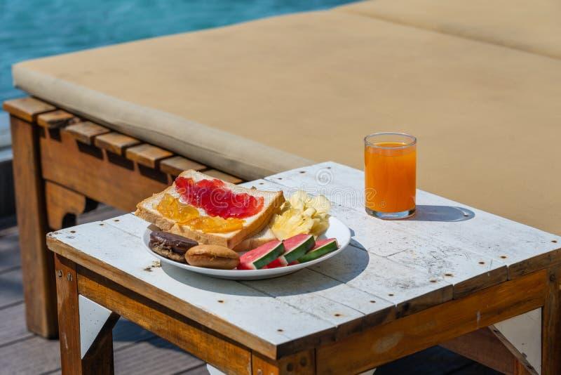 Köstliches Frühstück mit Sandwichen und Orangensaft stockfotos