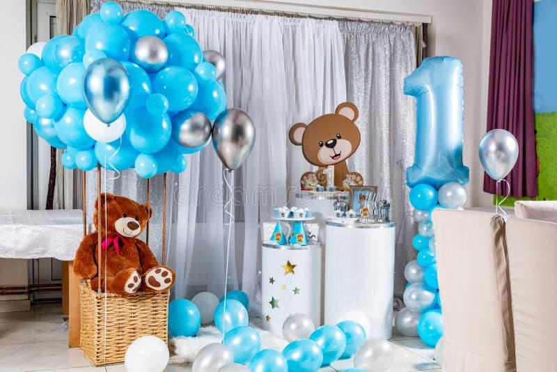 Köstliches Geburtstagsbuffet mit Kuchen, Meringues und anderen Desserts und Kinderspielzeug-Dekoration stockfotografie
