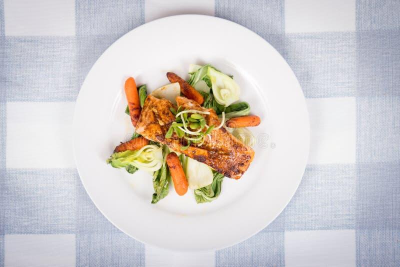 Köstliches gegrilltes Lachsfischgericht stockfoto