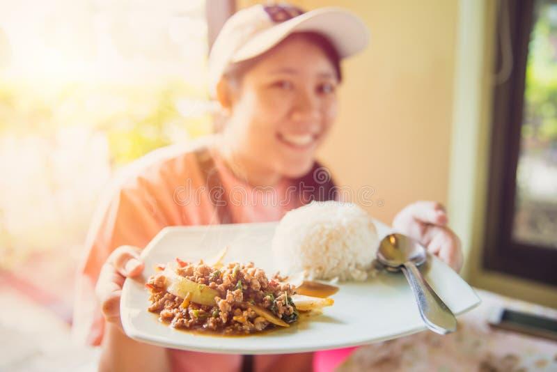 Köstliches geschmackvolles des Thailand-Straßenlebensmittels der Jasminreisspitze mit Schweinekotelett briet mit Basilikumblatt a lizenzfreie stockfotografie