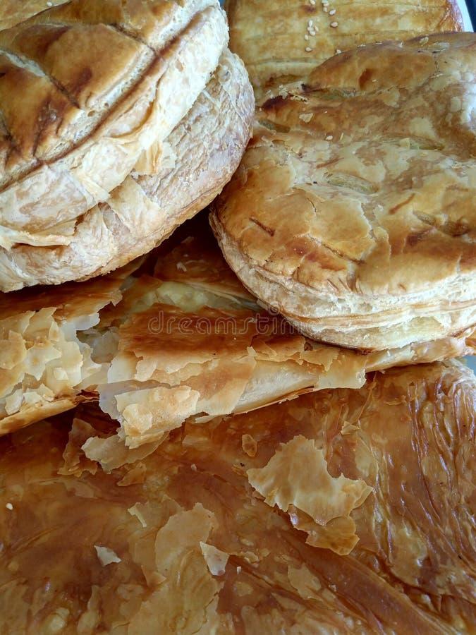 Köstliches griechisches Frühstücksgebäck mit Grießvanillepudding oder -käse lizenzfreie stockfotos