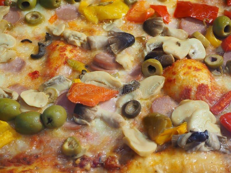 Köstliches italienisches Pizza capricciosa, gekocht im hölzernen Ofen stockbild