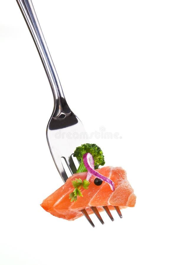 Köstliches Lachsstück auf Gabel. stockfotos