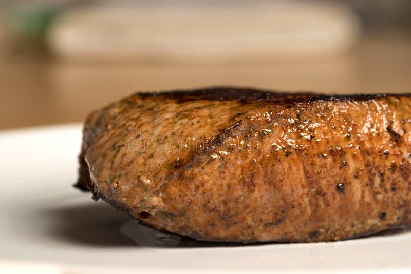 Köstliches mittleres Steak auf einer Platte lizenzfreies stockbild