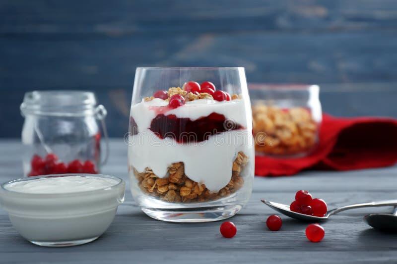 Köstliches natürliches Jogurtparfait mit Beeren und Granola stockbilder