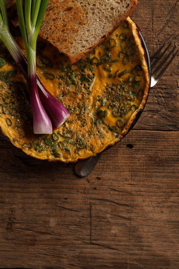 Köstliches Omelett mit Toast stockfotografie