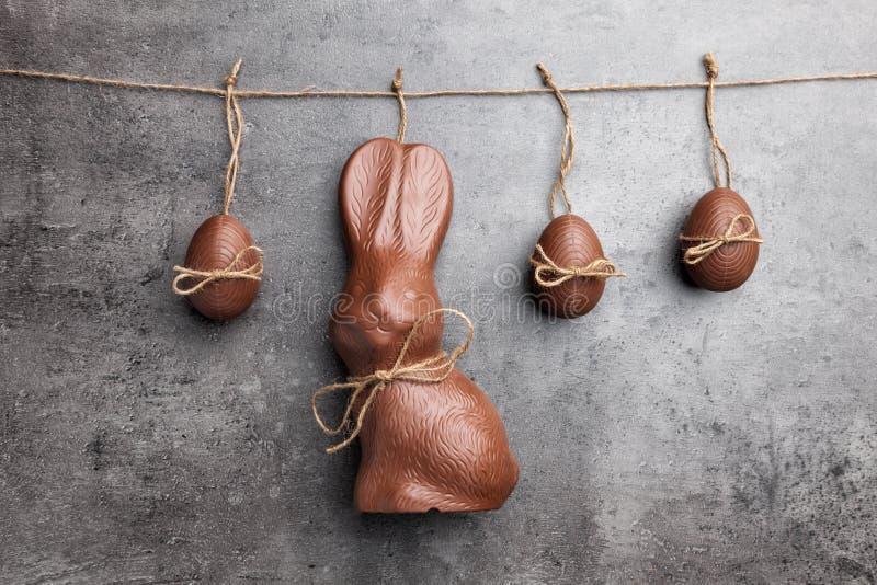 Köstliches Ostern-Schokoladenhäschen und -eier, die an einer Schnur hängen lizenzfreies stockfoto