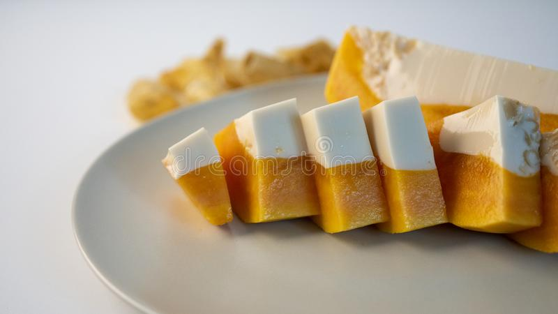 Köstliches Papayamilchgelee, schnitt auf einer Platte Haus machte Nachtisch stockfotos