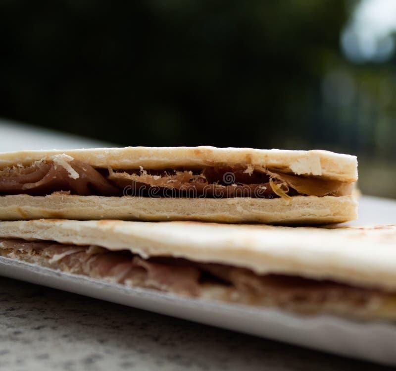 Köstliches piadina Betrug Prosciutto crudo, italienische Spezialität, von einem Küstenkiosk lizenzfreies stockbild