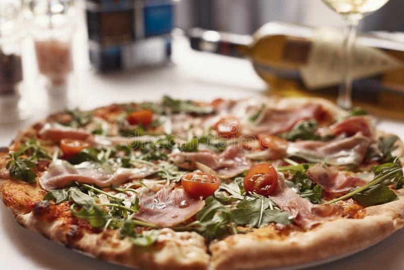 Köstliches Pizzarezept des geräucherten Lachses diente mit Weißwein bott lizenzfreie stockbilder